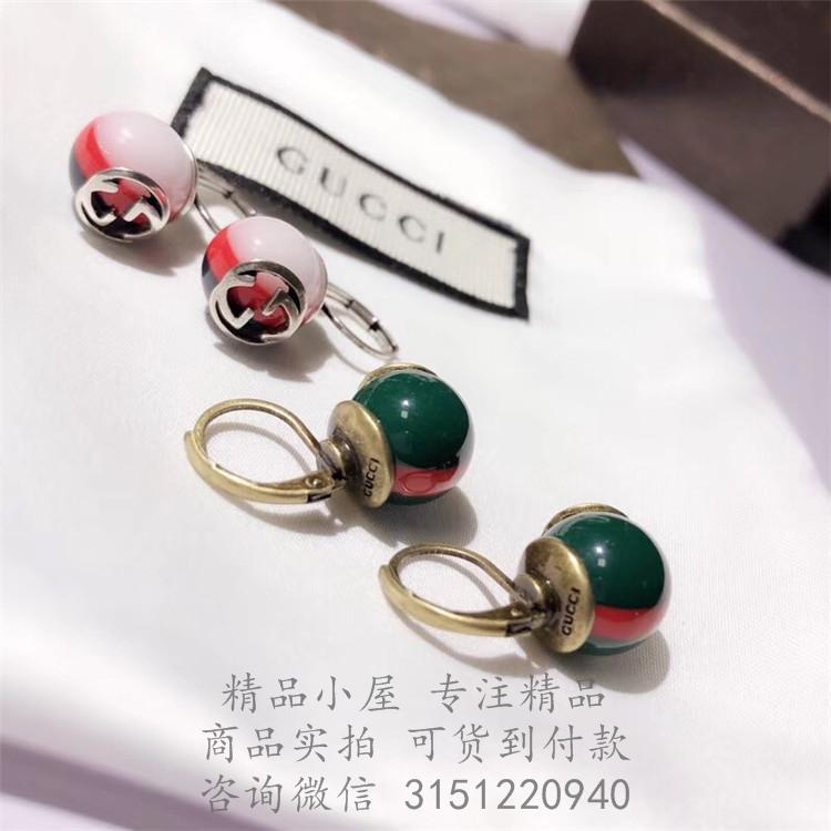 饰品点评:条纹织带最早由Gucci在1950年代创造,自此之后一直是品牌传统的象征。运用现代美学理念打造的铆钉耳环,中心装饰互扣式G造型,让条纹图案重获新生。 饰品型号:527136 条纹织带耳环 饰品结构: 树脂玻璃红绿条纹织带 做旧金色效果金属 互扣式G细节 适合有耳洞者佩戴 21毫米 意大利创作